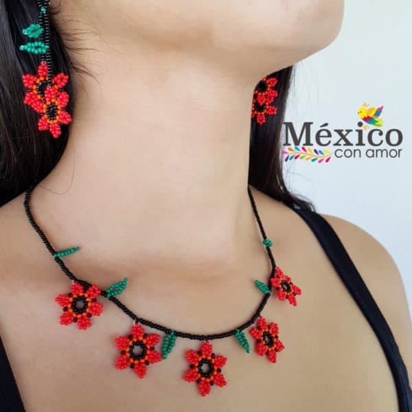 Collar corto de flores rojas