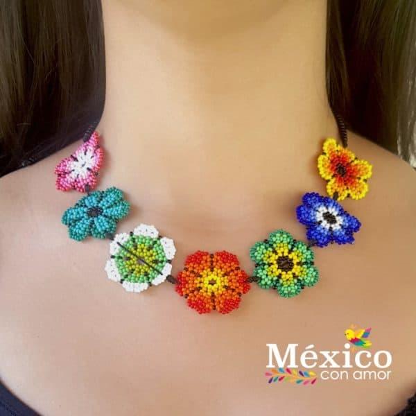 Collar colorido de flores